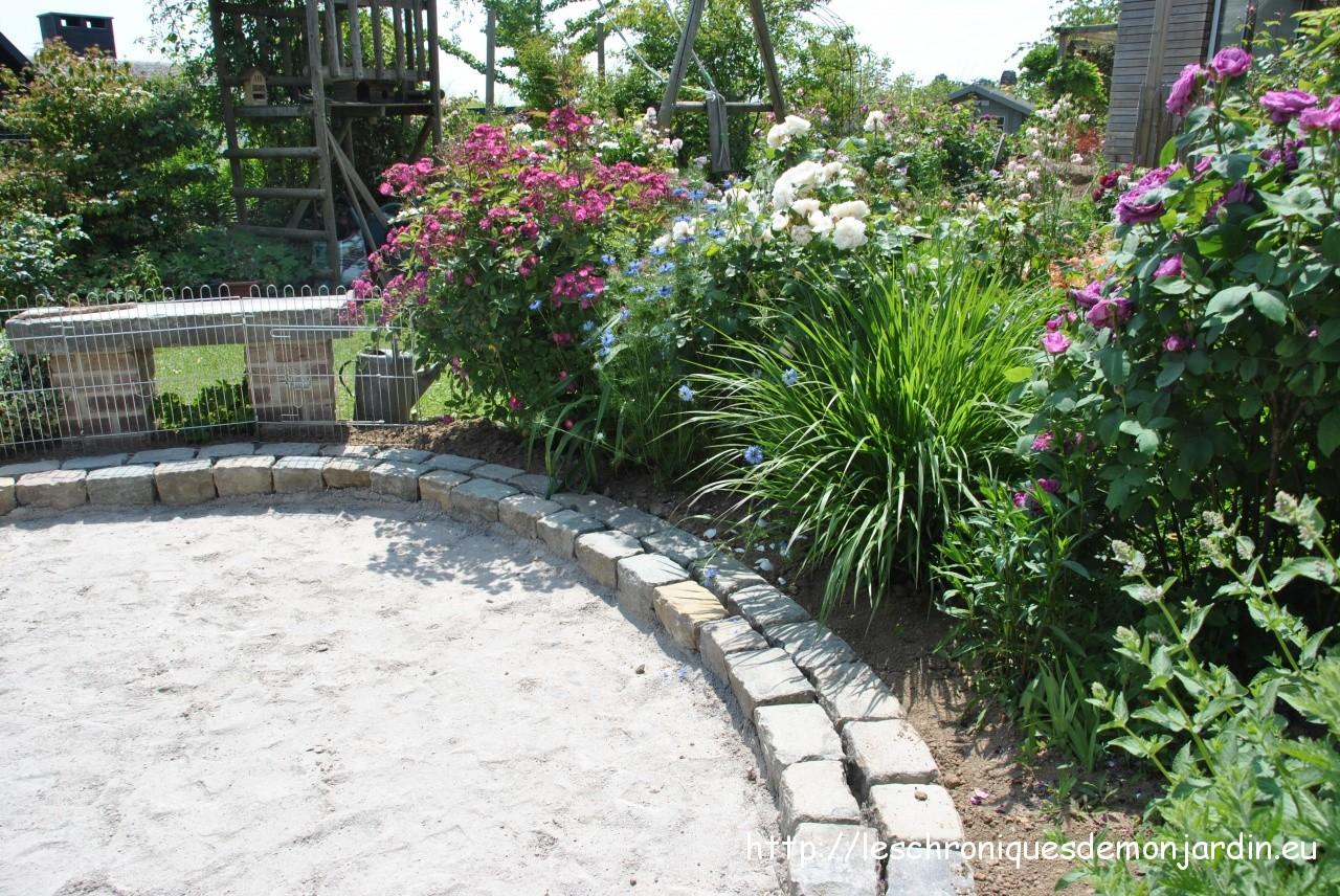 autour de la terrasse ronde les chroniques de mon jardin. Black Bedroom Furniture Sets. Home Design Ideas